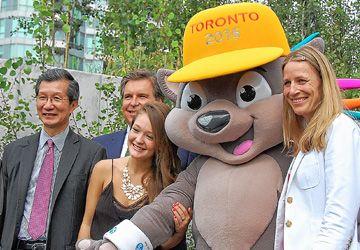 Le ministre Michael Chan, avec Ian Troop des Jeux PanAm, Kira Isabella, la mascotte Pachi et Kristina Groves.