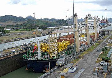 Commencé en 1880 et ouvert en 1914, le canal de Panama est une oeuvre titanesque qu'on veut encore agrandir pour faire passer de plus gros navires.