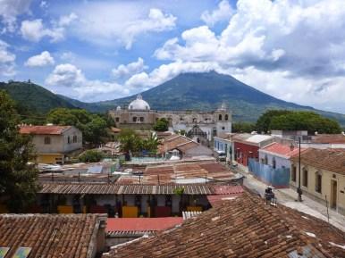 Toits d'Antigua et son volcan.JPG