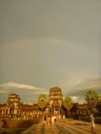 Arc en ciel sur Angkor Wat.JPG