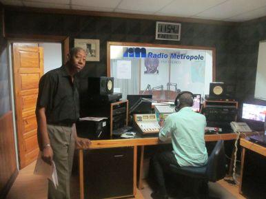 Daniel Marcelin dans les studios de Radio Métropole, Port-au-Prince Photo Annik Chalifour.JPG