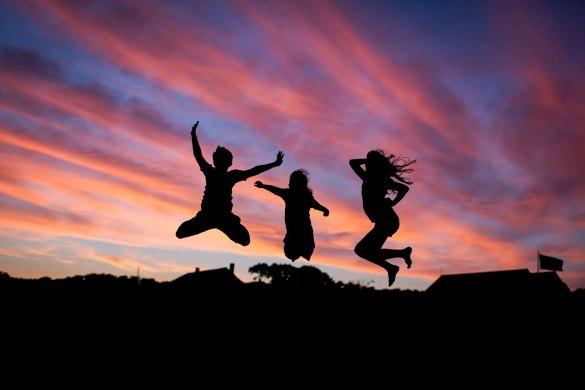 silhouette-des-enfants-qui-sautent-dans-la-soiree