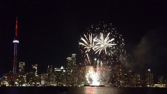 Les feux d'artifice du 1er juillet à Harbourfront, vus des îles de Toronto.