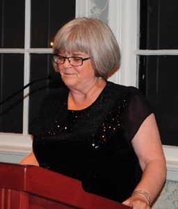 L'ancienne étudiante Lesley Lewis, président du Gala.