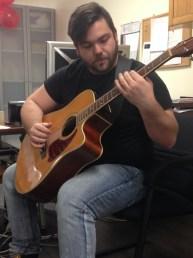 L'auteur primé Daniel Groleau-Landry à la guitare.