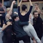 Benjamin Millepied (à d.) supervise une répétition de son premier ballet  pour l'Opéra de Paris.