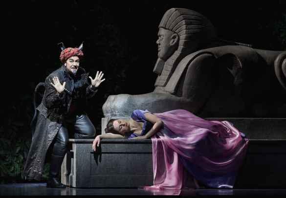 Michael Colvin et Elena Tsallagova dans «La Flûte enchantée» à la COC. (Photo: Michael Cooper)