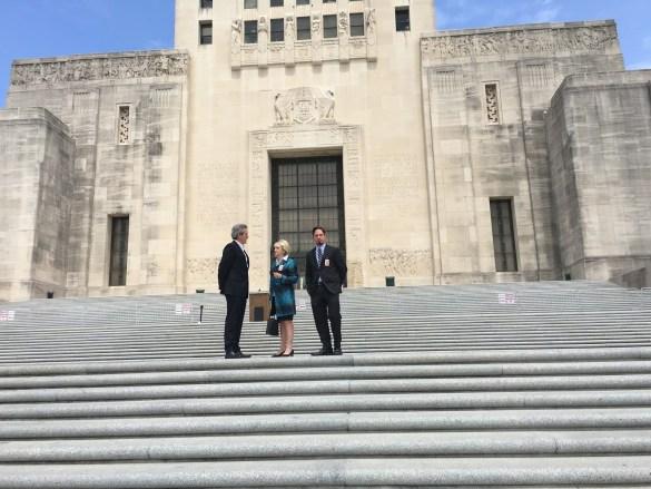 Glenn O'Farrell (à g.) avec des responsables de la Louisiana Public Broadcasting sur les marches du Capitole de la Louisiane en avril 2016.