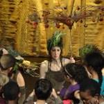 Le spectacle de l'arbre privilégie le contact avec les enfants.