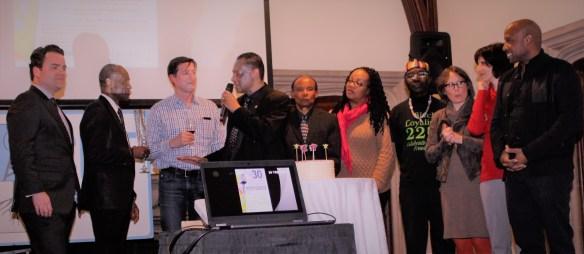 Éric Cader entouré de collaborateurs de son émission Pot-pourri à la radio de U of T lors de la fête du 22 mars.