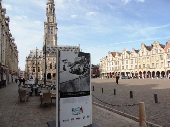 Rappel de la participation canadienne à la guerre dans les rues d'Arras.