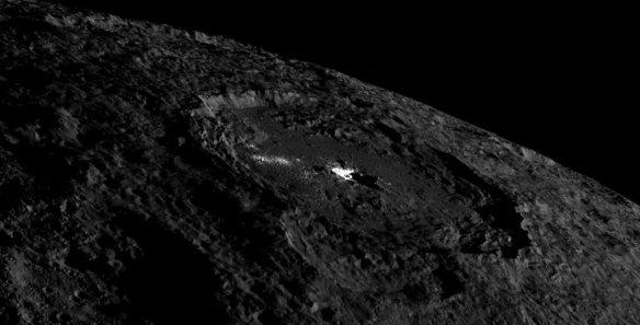 Le dôme brillant qui s'élève au centre du cratère Occator sur Cérès. (Photo: NASA)