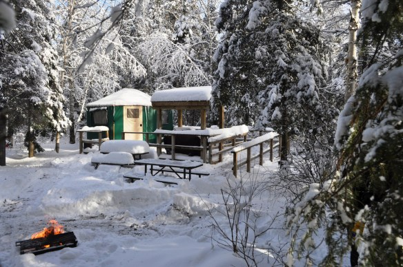 Camping d'hiver au parc Windy Lake.