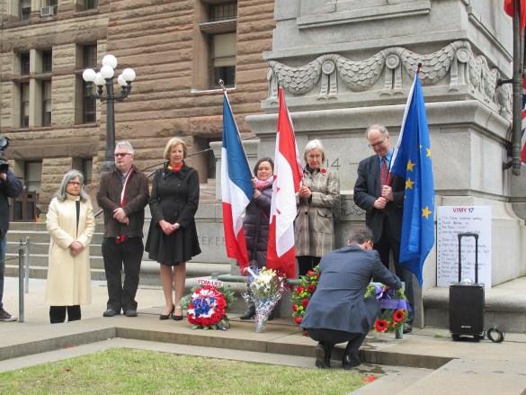 Hommage devant le monument aux morts de toutes les guerres.