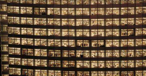 Des humains en cage dans les tours à bureaux de New York: une image du film Human, de Yann Arthus-Bertrand.