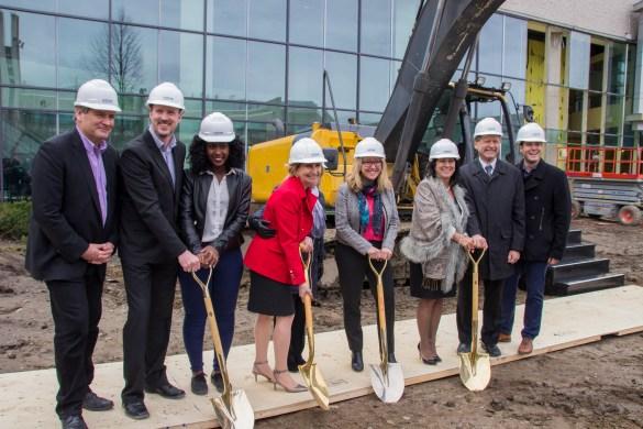 La présidente de La Cité, Lise Bourgeois (à droite), avec notamment les nouvelles députées d'Ottawa-Vanier, Nathalie Des Rosiers (Queen's Park) et Mona Fortier (Parlement fédéral).