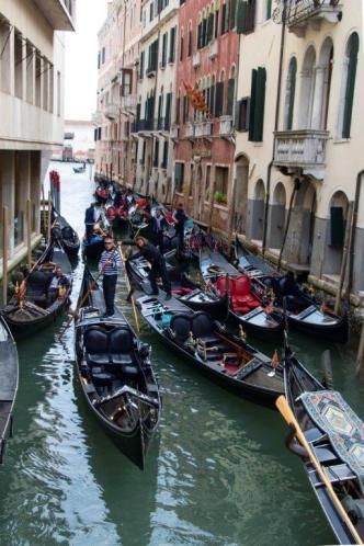 Embouteillage de gondoles dans un canal. (Photo: Odile Collet)