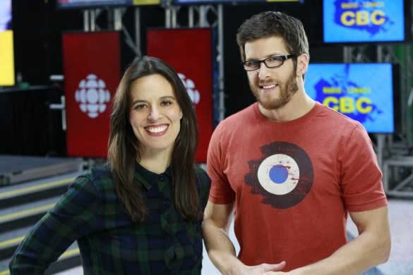 La journaliste Marie-Ève Dumulong et le caméraman-monteur, Jean-François Benoit. (Photo : Radio-Canada/Francis Ferland)