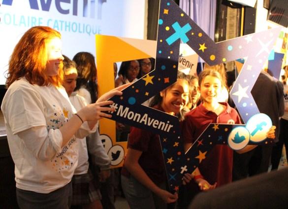 Les élèves étaient encouragés à se prendre en photo avec le nouveau nom du conseil scolaire MonAvenir et à répercuter la bonne nouvelle sur les réseaux sociaux.