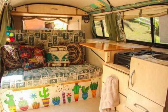 L'intérieur de la fourgonnette, qu'ils ont transformée en maison mobile avec l'aide de leurs familles. (Photo: page Facebook Kombipa'l Norte)