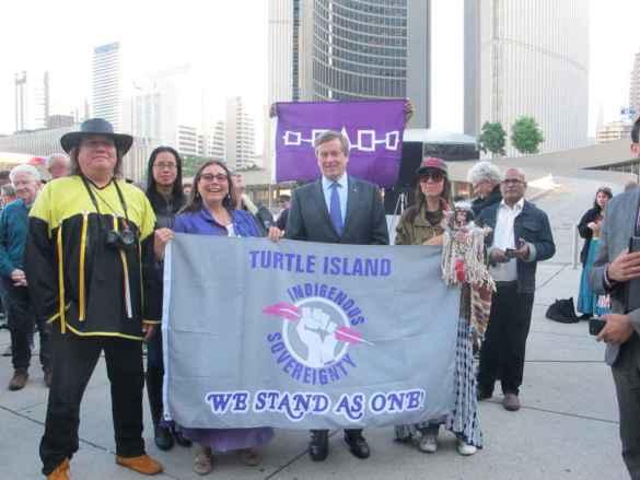 Le maire John Tory et des chefs autochtones.