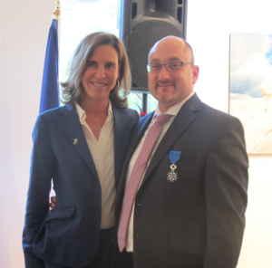 La nouvelle ambassadrice de France au Canada, Kareen Rispal, a décoré le directeur sortant de l'AFT, Thierry Lasserre, de l'Ordre national du Mérite.