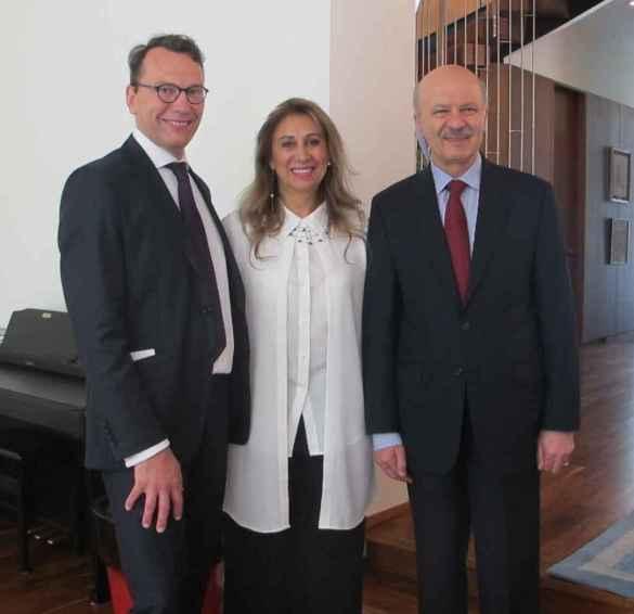Le consul de France Marc Trouyet, la prof Sima Farsandaj et le ministre ontarien Reza Moridi.