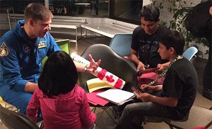 L'astronaute Jeremy Hansen discute avec Arushi, Artash et leur père Vikas Nath lors de la séance d'ouverture du Space Apps Challenge à Toronto.
