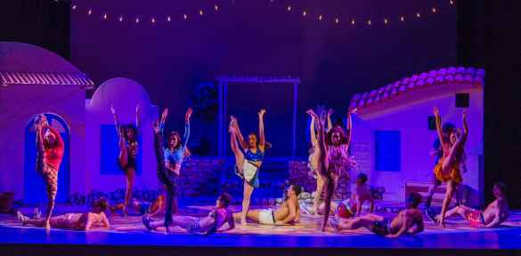 Une scène de Mamma Mia au Arts Center of Coastal Carolina (Caroline du Sud). Stéphanie Visconti au centre.