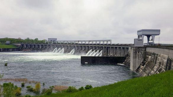 Le barrage du Long-Sault, à l'Ouest de Cornwall, est l'un des régulateurs du niveau du fleuve St-Laurent.