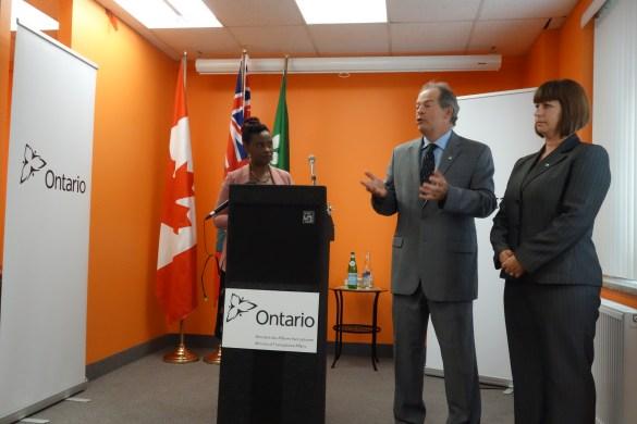Dada Gasirabo, directrice générale d'Oasis Centre des emmes, Carol Jolin, président de l'AFO, et Marie-France Lalonde, ministre des Affaires francophones.