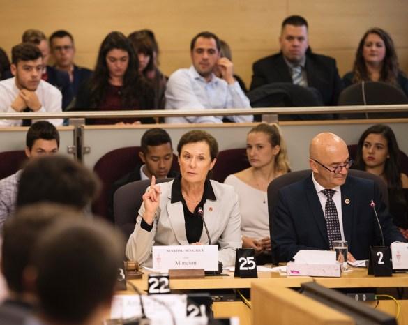 La sénatrice Lucie Moncion et le sénateur René Cormier ont accueilli une délégation de jeunes au Sénat dans le cadre d'audiences visant à alimenter une réforme de la Loi sur les langues officielles. (Photo: Sénat du Canada)