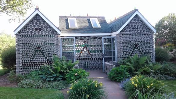 La première maison de bouteilles d'Édouard a été construite en 1980. (Photo: Sandra Dorélas)