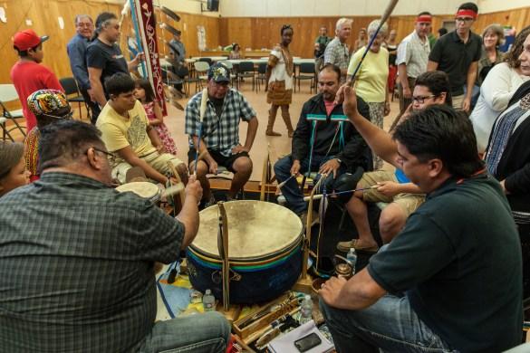 Les Franco-Ontariens participent à une cérémonie autochtone.