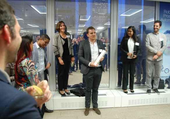 Pierre-André Svetchine, de CoWork.io, a remporté le concours de présentations. Derrière lui: les trois membres du jury.