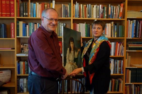 Jim Watt et Veronica Kvassetskaia-Tsyglan tenant le portrait d'Anastasia.