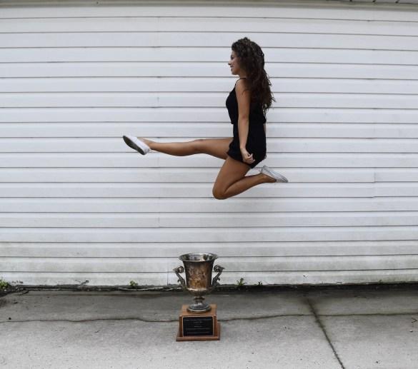 Camille Slaght s'amuse avec son trophée des championnats de l'Est du Canada 2015 (Photo: Olivia Hynes)