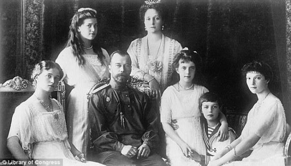 Le tsar Nicolas II et sa famille. La princesse Anastasia tient la main de son petit frère Alexei.