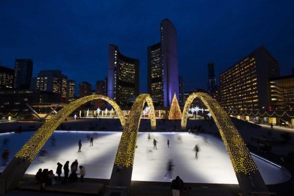 La patinoire du Nathan Square Phillips le soir (Photo: City of Toronto)