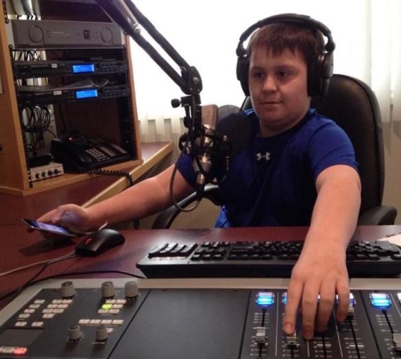 Un jeune bénévole de la radio CKRP, fondée en 1996 par l'ACFA régionale de Rivière-la-Paix. (Photo: CKRP)
