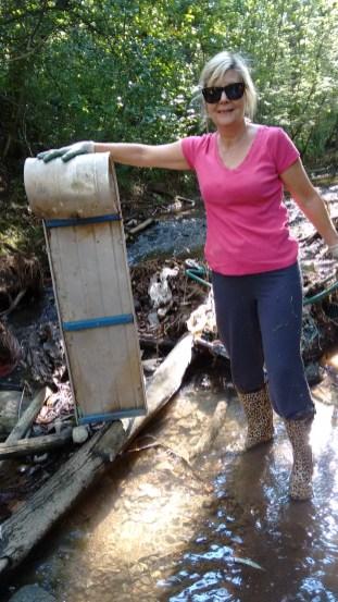Karen a retiré un toboggan d'un cours d'eau.