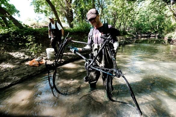Une carcasse de vélo retirée de la rivière.