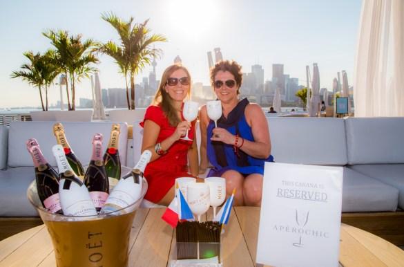 """Peggy Harvey et Estelle Saint-Martin lors de leur soirée """"Bastille Day"""" 2016 d'AperoChic au Cabana Pool Bar."""