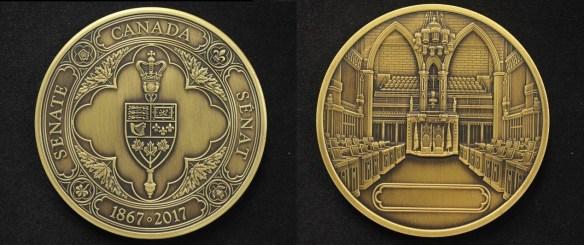 La médaille du 150e: au verso l'emblème du Sénat; au recto la Chambre Haute avec le nom du récipiendaire de la médaille.