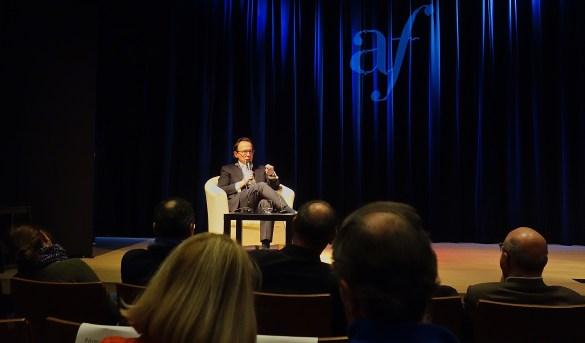 Mark Lilla sur la scène du Théâtre Spadina pour un échange avec le public suivant sa conférence