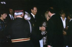 Le roi Michel de Roumanie à Toronto en 1992, ici serrant la main de Jean Mazaré, le fondateur et éditeur du journal L'Express.