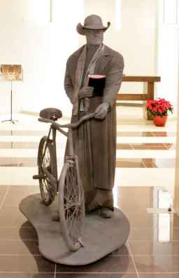 La statue du père Philippe Lamarche, créée par Martin Foley.