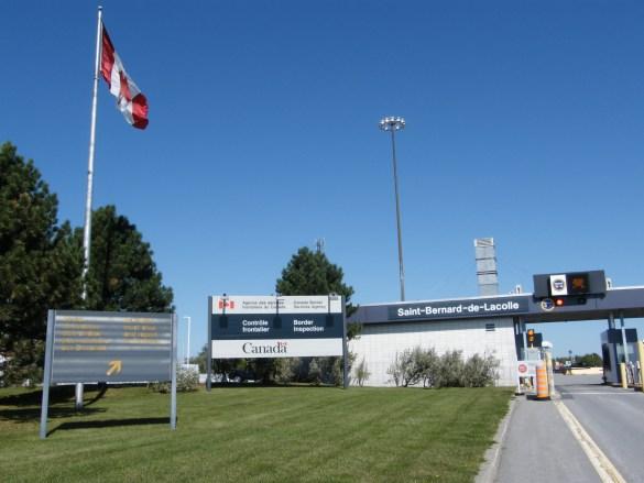 Le poste frontalier canadien de Saint-Bernard-de-Lacolle.