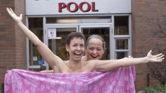 Les organisatrices Hélène Caron et Christina Paradela à la piscine de Dundas. (Photo: Cathie Coward, Hamilton Spectator)