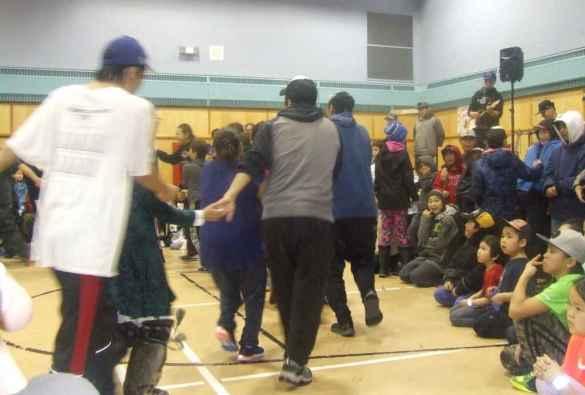 Danses traditionnelles aux Jeux de Noël de Cape Dorset.